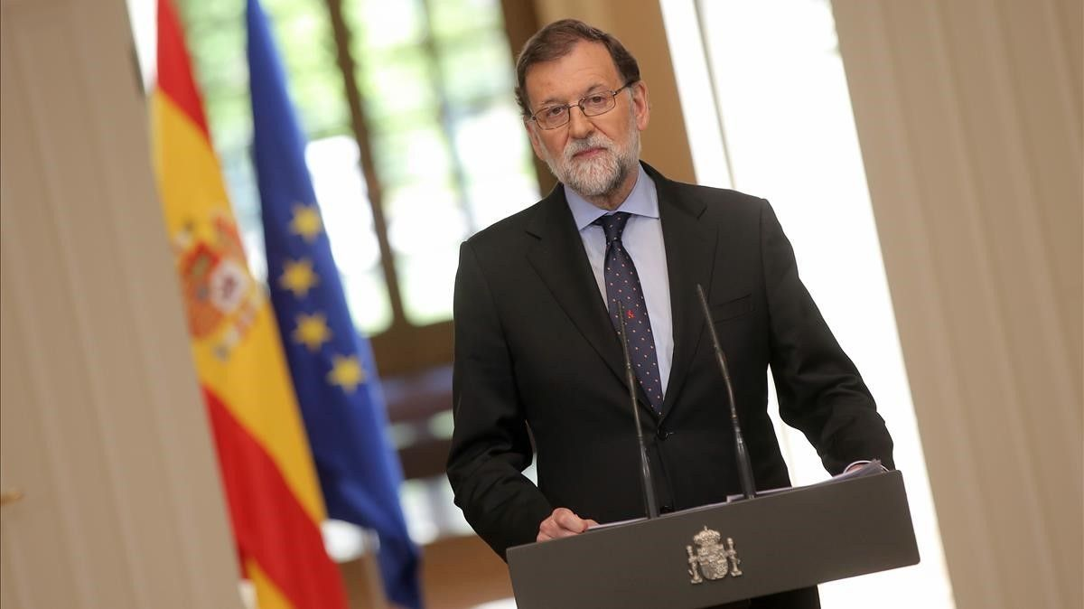 El presidente del Gobierno, Mariano Rajoy,atiende a los periodistas en una rueda de prensa en el palacio de la Moncloa.