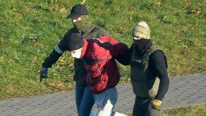 Dos policías de paisano detienen a un manifestante en las protestas de este domingo en Minsk, la capital bielorrusa.
