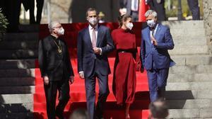Los reyes Felipe y Letizia junto al arzobispo de Urgell, Joan Enric Vives, y el representante de Francia, Patrick Strzoda, ante la Casa de la Vall, en el primer día de su visita de Estado a Andorra.