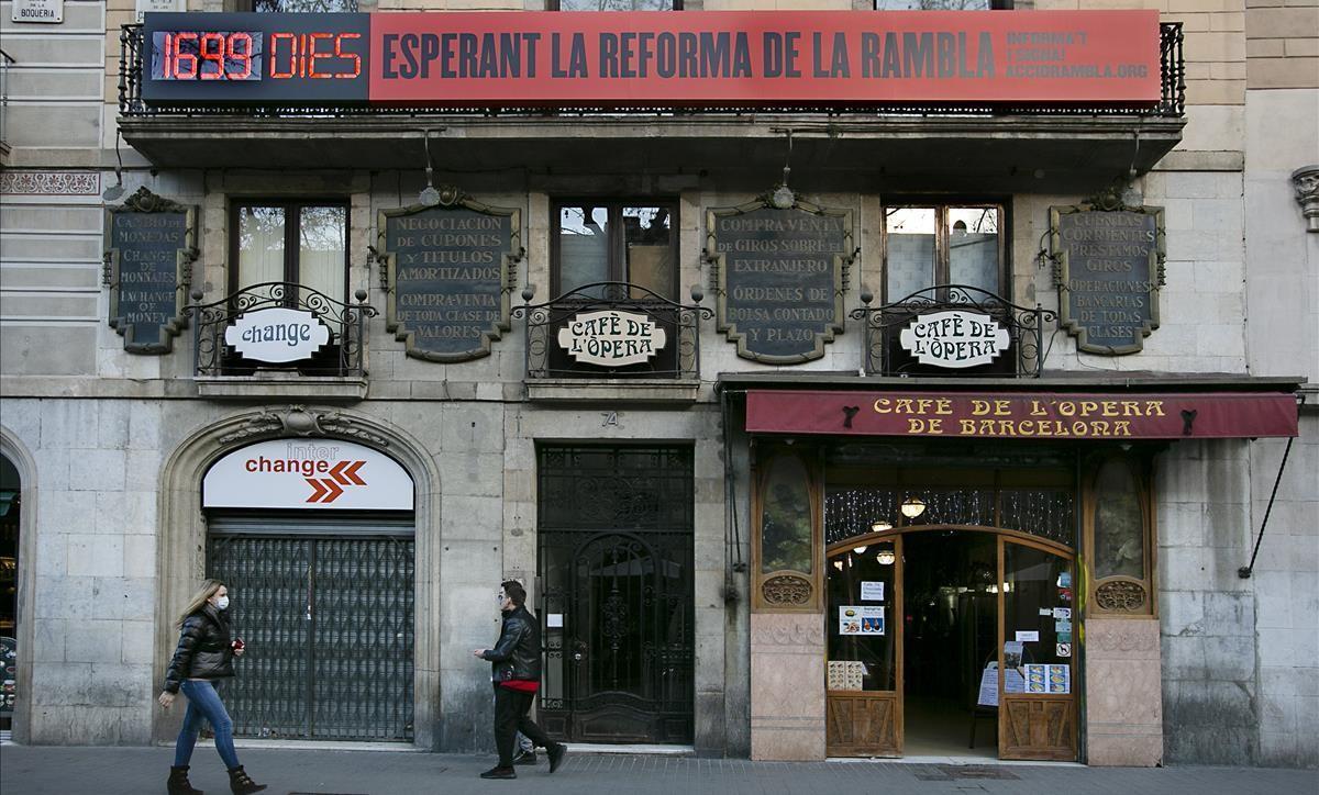 El marcador situado en el Café de la Ópera, sobre los días que ha transcurrido sin que la reforma de la Rambla haya empezado..