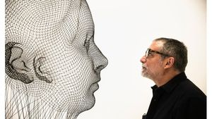 Jaume Plensa cara a cara con una de las esculturas que expone en la galería Senda.