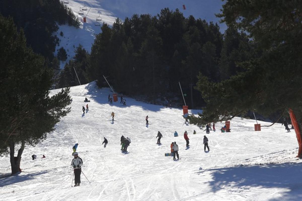 Diversos aficionados descienden por una de las pistas de La Molina, la temporada pasada.