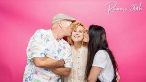 Demi Moore y Bruce Willis dándole un beso en la mejilla a su hija Rumer Willis en un 30 cumpleaños.