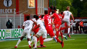 El defensa del Bayern Pavard remata a gol un centro desde la esquina ante el Union Berlín.