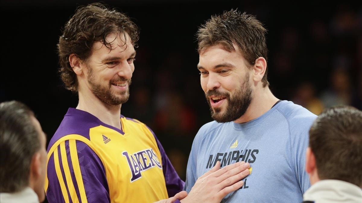 Pau y Marc Gasol enfrentándose en un Lakers -Grizzlies / AP