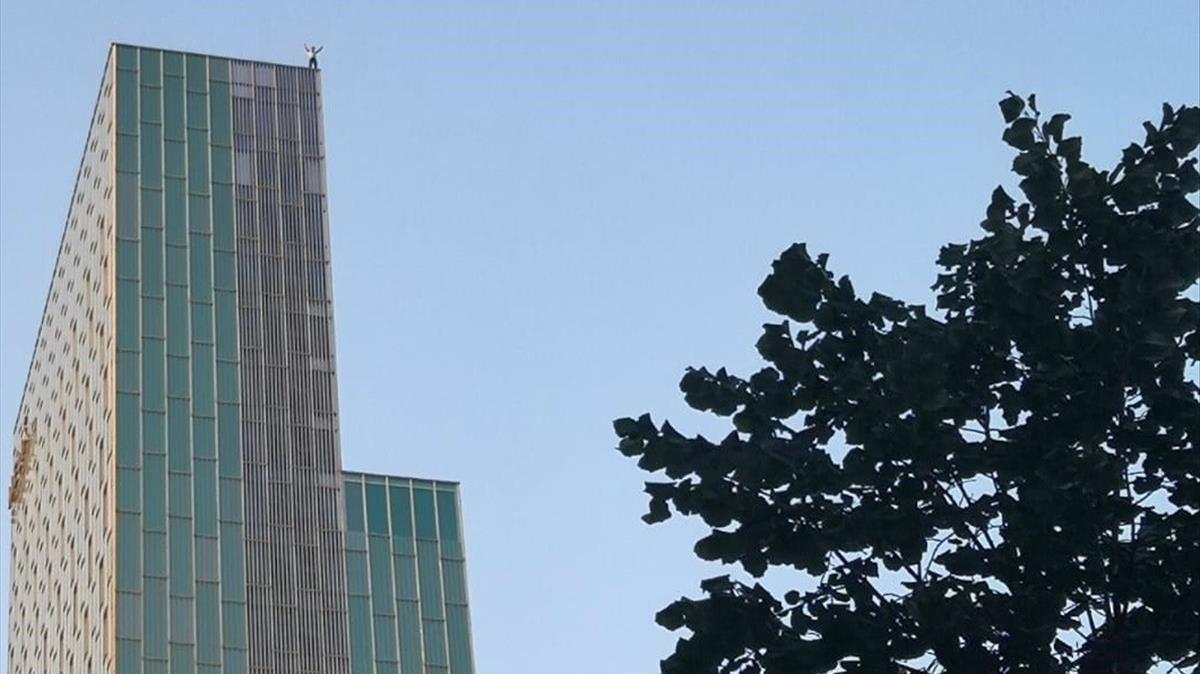 Un escalador en el tejado del Hotel Melia Barcelona Sky.