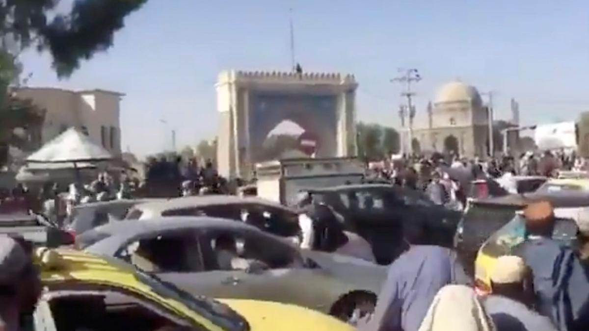 Los talibanes patrullan la ciudad afgana de Kandahar.