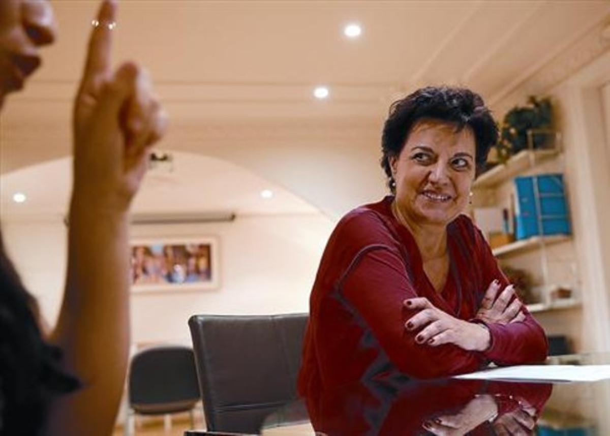María, a la que no se ve, junto con Elvira Méndez, directora de la entidad.