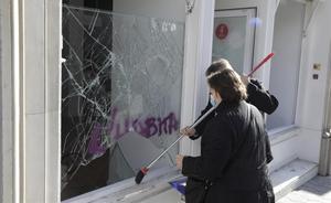 Desperfectos en un banco en la calle de Gran de Gràcia de Barcelona, el día después de la manifestación contra la detención de Pablo Hásel.