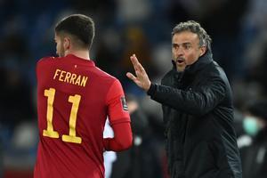 Luis Enrique da instrucciones a Ferran Torres en el choque contra Georgia.