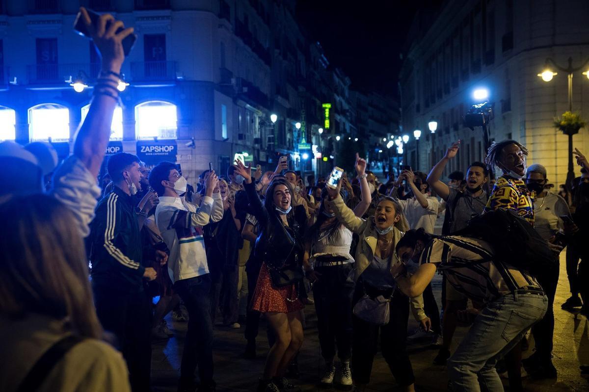 Fiestas en la calle en varias ciudades de España tras acabar el estado de alarma. En la foto, celebración en la Puerta del Sol de Madrid.