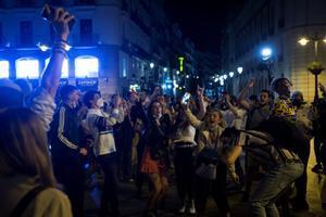 Decenas de jóvenes en la Puerta del Sol de Madrid tras concluir el estado de alarma.