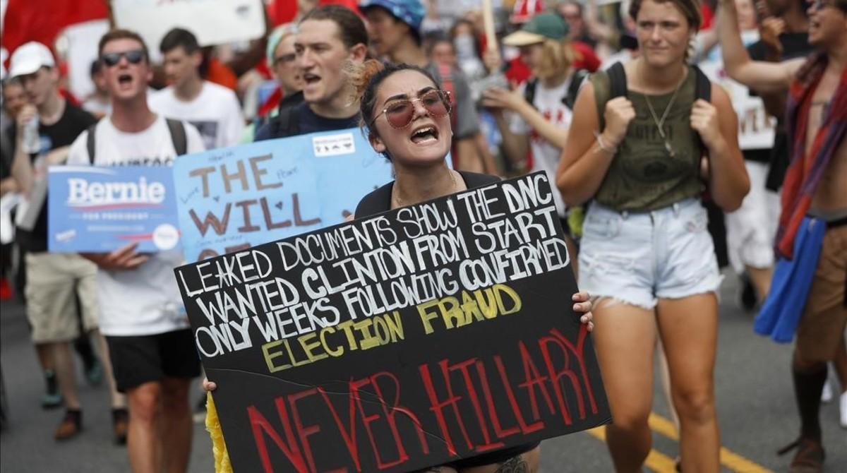 Seguidores del senadorBernie Sanders se manifiestan en el centro de Filadelfia el lunes 25 de mayo.