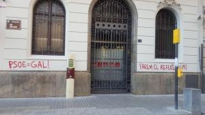 Pintadas en la sede del PSC de Lleida.