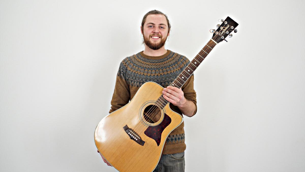 Matthew McDaid interpreta en acústic'Whispering winds'.
