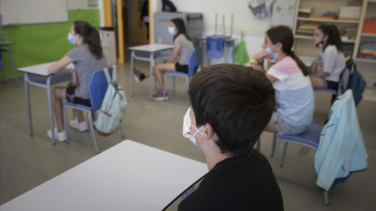 Alumnos de sexto de primaria del colegio público Antaviana de Barcelona atienden en clase con mascarilla, el pasado junio.