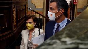 El presidente del Gobierno, Pedro Sánchez, y la vicepresidenta primera, Carmen Calvo, este 9 de septiembre en el Congreso, antes de la sesión de control al Ejecutivo.