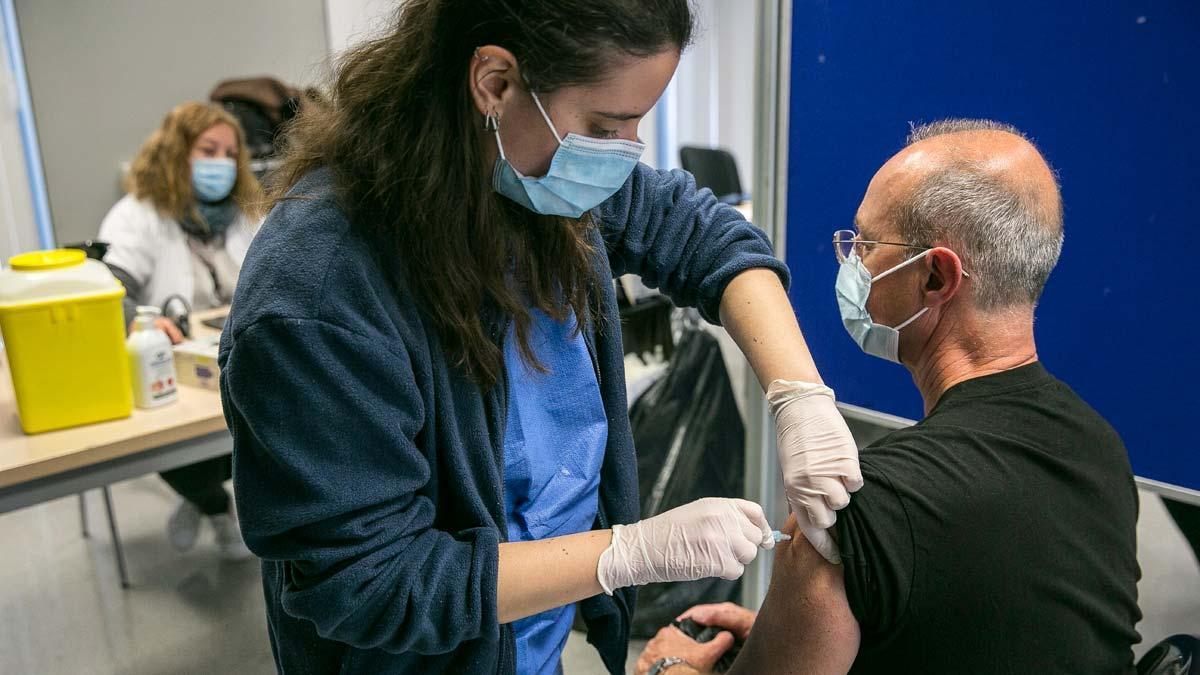 Un hombre se vacuna contra el covid en Barcelona.
