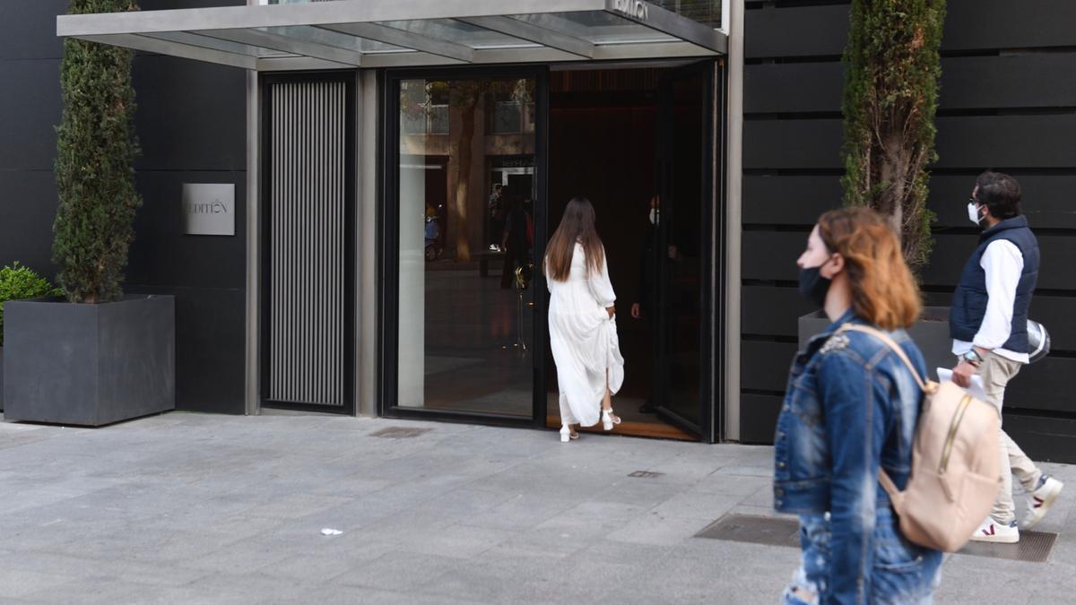 Entrada del Hotel The Barcelona Edition, en la avenida de Francesc Cambó, que ha reabierto esta semana.