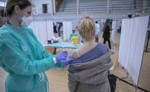 Vacunación contra el covid en las instalaciones deportivas del pabellón Sadus de la Universidad de Sevilla.