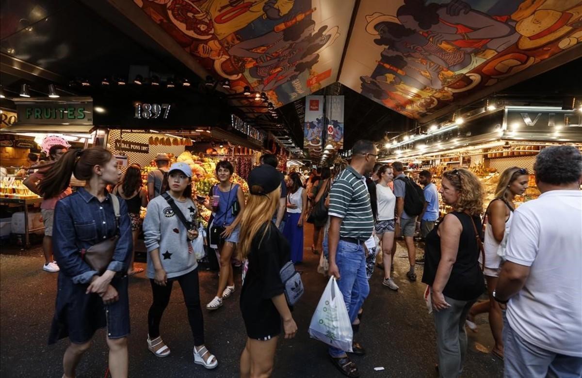 Turistas, en el mercado de la Boqueria de Barcelona.