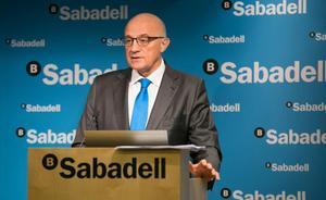 Banco Sabadell gana un 99,7 % menos en el 2020 por el covid y el ajuste de personal. En la foto, el presidente del Sabadell, Josep Oliu, durante la presentación de los resultados del banco, el 1 de febrero.