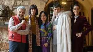 Raquel Sánchez Silva y el jurado de 'Maestros de la costura' con Arantza Vilas, encargada del vestuario de 'Juego de tronos'