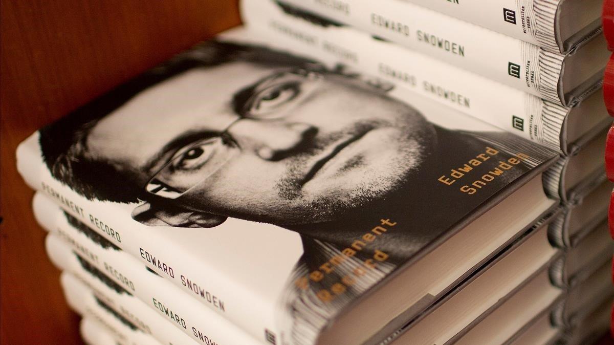 Ejemplares de 'Vigilancia permanente' a la venta en una librería de Cambridge, Massachusetts, este martes.