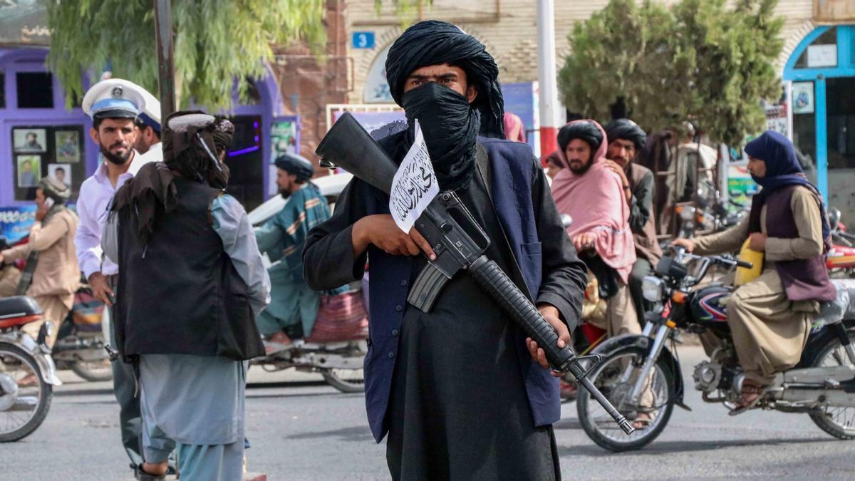 Un combatiente talibán hace guardia en un puesto de control en Kandahar.