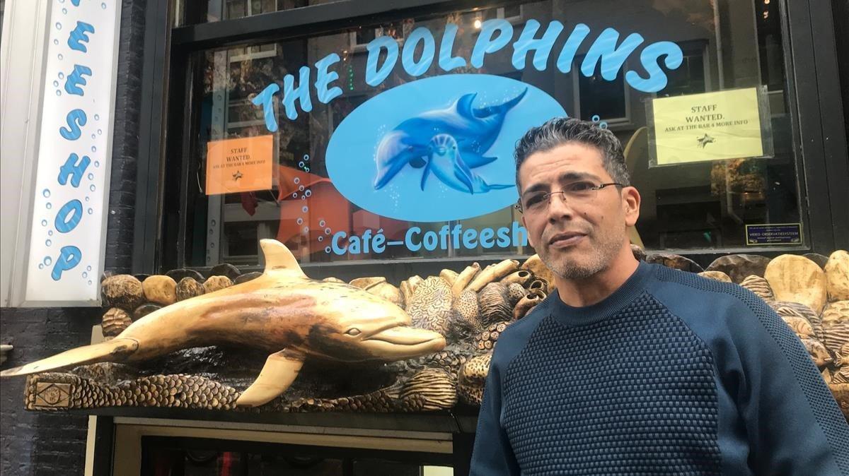 Radu, ante el 'Dolphins', el 'coffeeeshop' que regenta en Amsterdam.