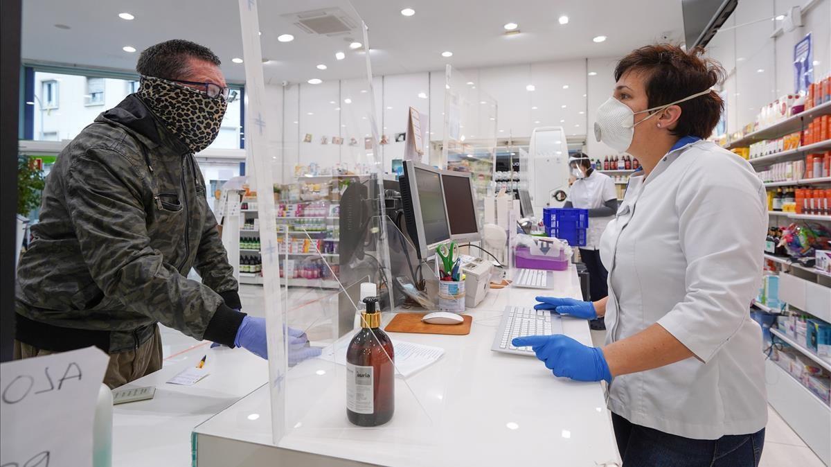 20 04 20 Coronavirus COVID -19 Igualada Farmacia Cristina Casas es comencen a repartir les primeres mascaretes gratuites presentant la targeta sanitaria en aquest cas la farmacia disposa de 450 Mascaretes Foto  Marc Vila