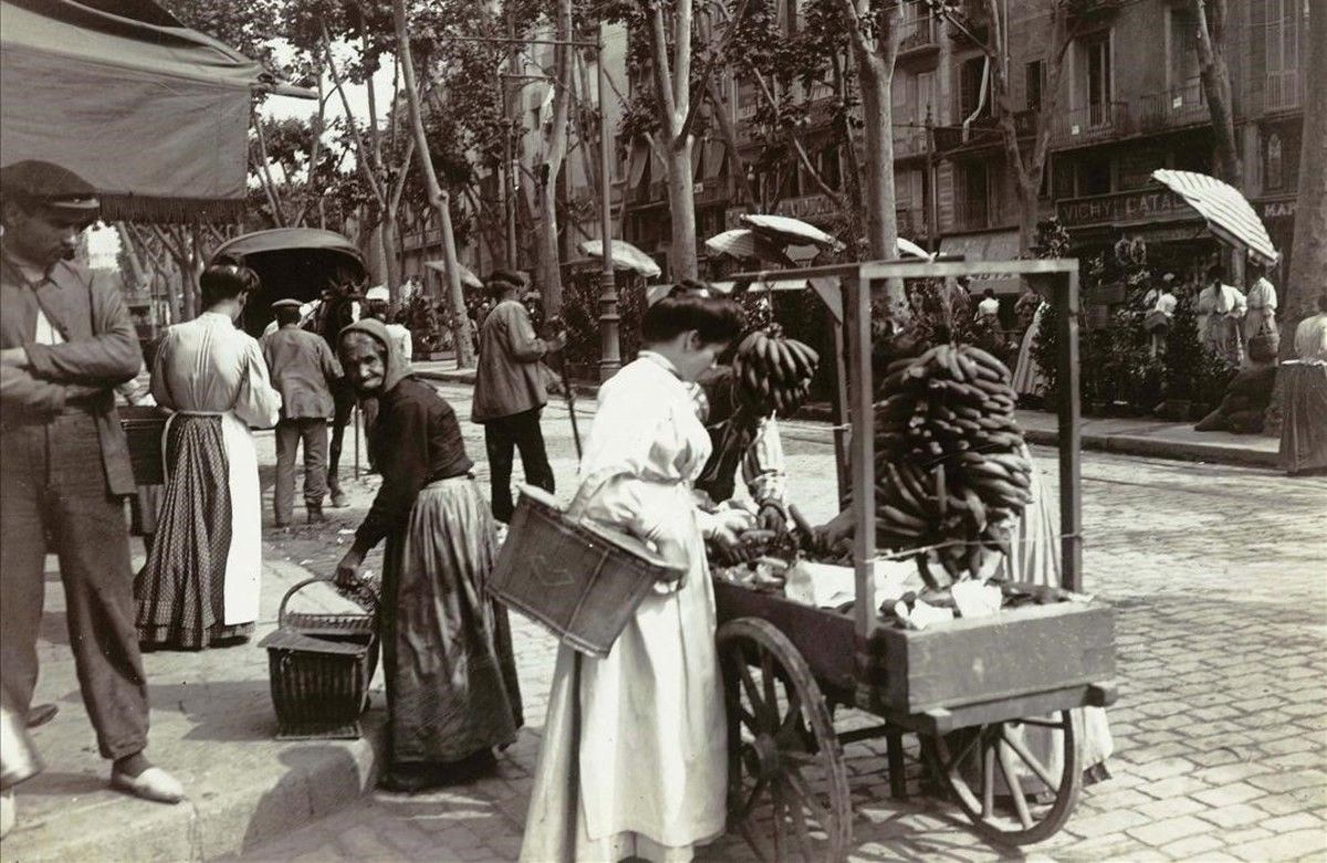 Parada ambulante de plátanos en La Rambla, entre 1907 y 1908.
