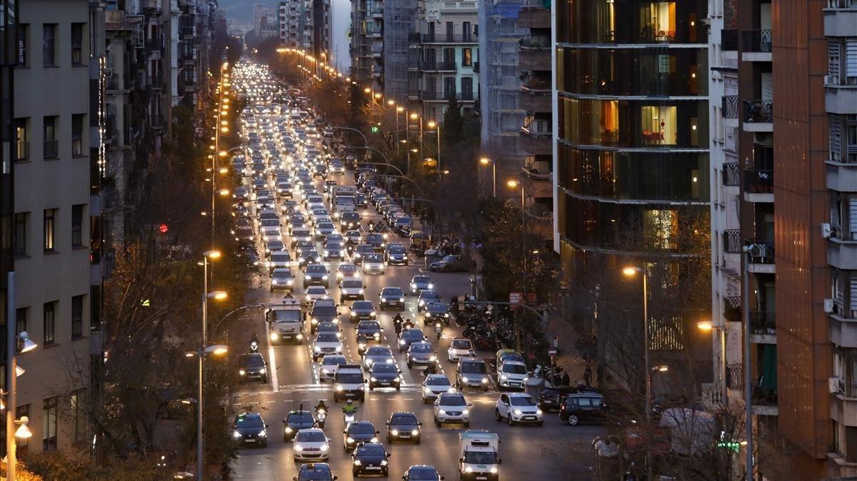La calle de Aragó, repleta de vehículos, este jueves por la tarde.