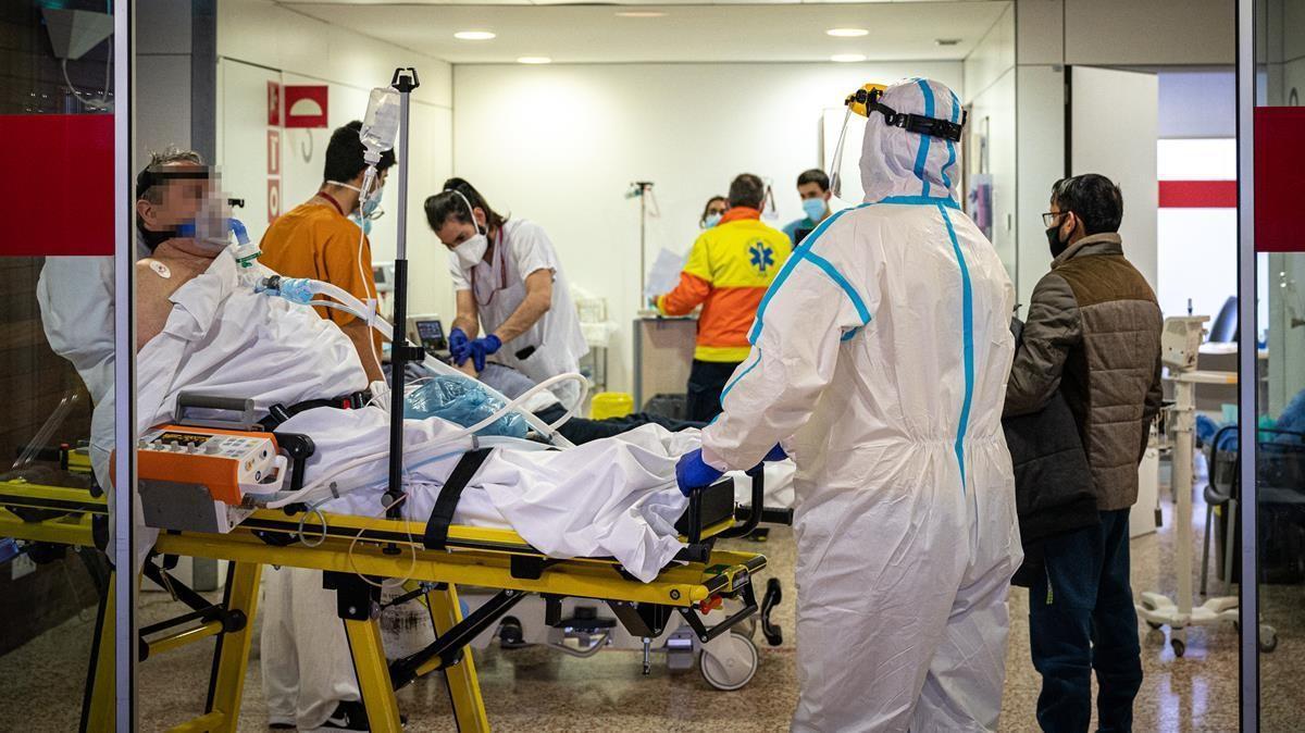 Entrada de enfermos en las urgencias del Hospital de Bellvitge.