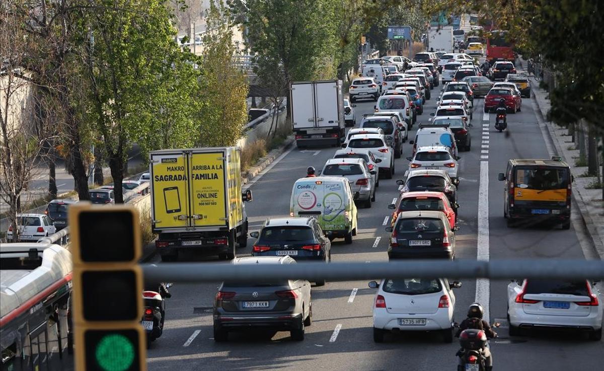 Tráfico en la Ronda de Dalt a la altura de Vall d'Hebron, en Barcelona, durante la operación salida de Semana Santa.