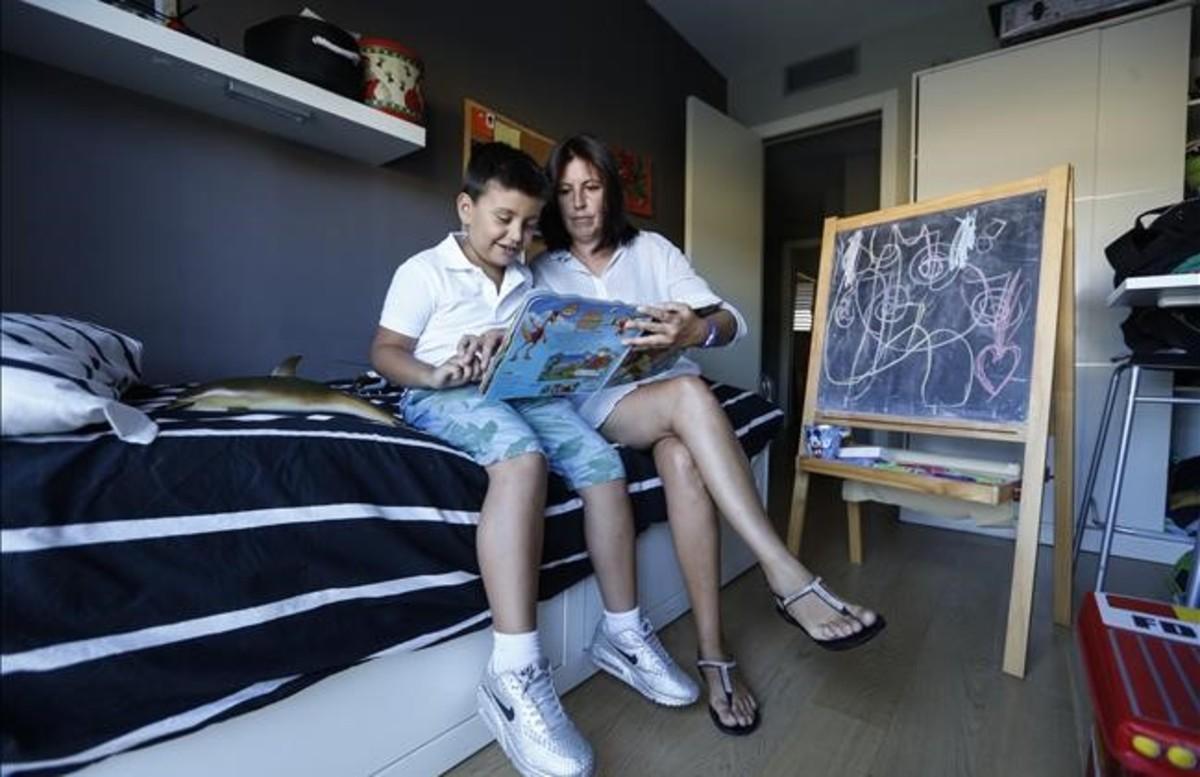 Gonzalo y su madre Susana Lozano en la habitación del niño en su casa de Sant Cugat del Vallès, esta semana.