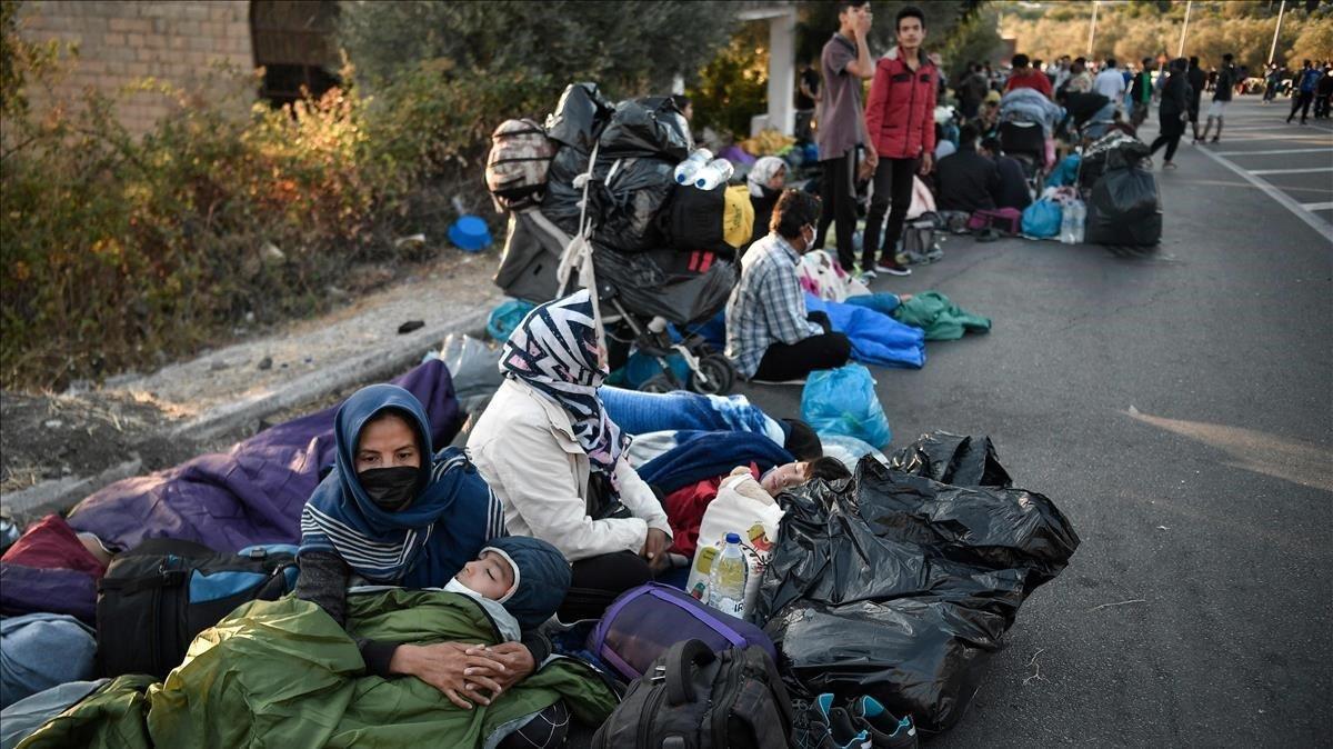 Tras el incendio del campo Moria, miles de refugiados han pasado la noche en las cunetas de las carreteras de la isla de Lesbos.