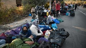 Els refugiats de Mória: a la nit, bloquejats en l'asfalt