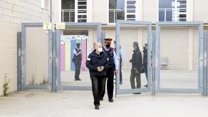 Agentes de los Mossos salen del instituto de Vidreres, donde tuvo lugar la agresión.