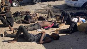 Algunos de los 14 supervivientes del camion donde murieron 64 inmigrantes en Mozambique.