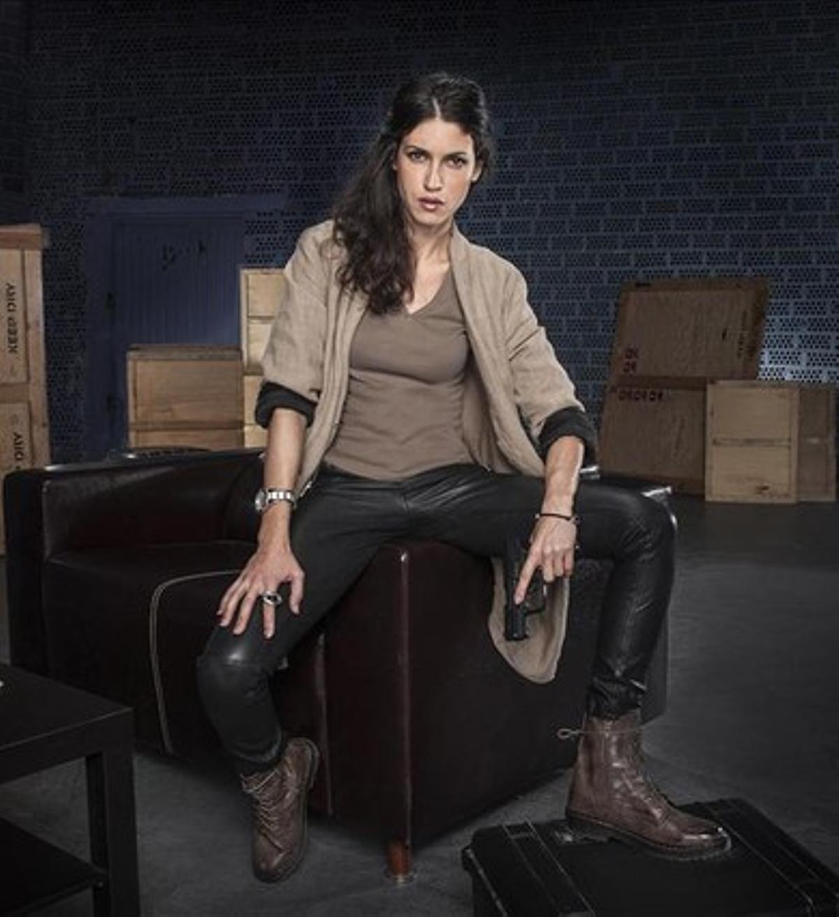 La actriz Nerea Barros, caracterizada como la espía Hidalgo, en la serie 'El Príncipe'.