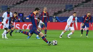 Messi lanza desde los once metros en la ida de octavos.