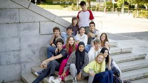 Hajar Brown (en el centro, con hiyab) rodeada de sus compañeros de la serie 'Skam España'.
