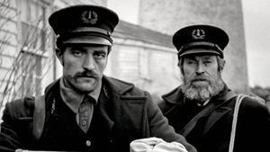 Robert Pattinson y Willem Dafoe en 'El faro'.