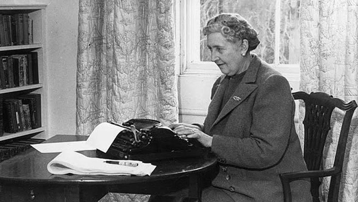 La dama del crimen por excelencia, Agatha Christie, en plena escritura.