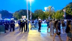 Operación nocturna contra los manteros en los alrededores de metro Barceloneta (Barcelona).
