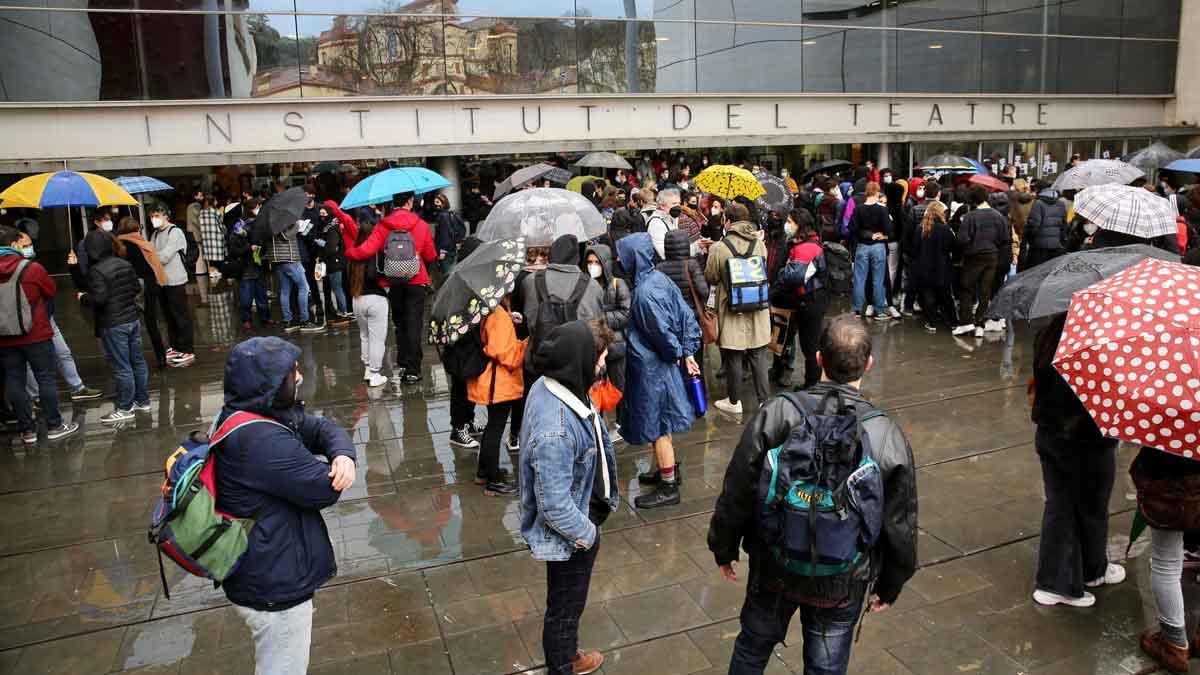 Protesta frente al Institut del Teatre para denunciar presunto acoso sexual y abuso de poder.