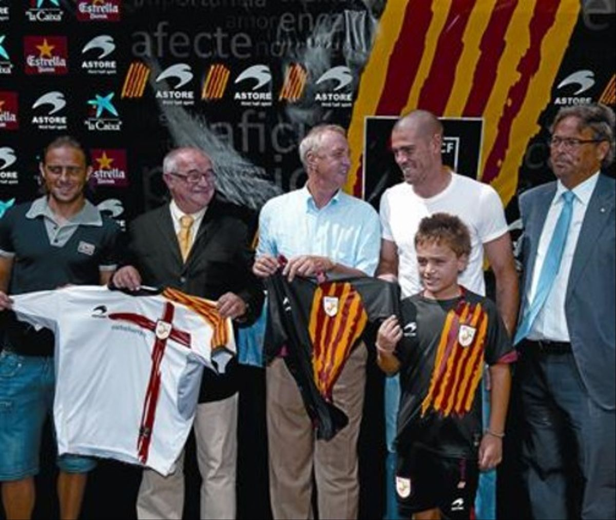 Benach, Valdés, Cruyff, Casals y García con las nuevas camisetas.