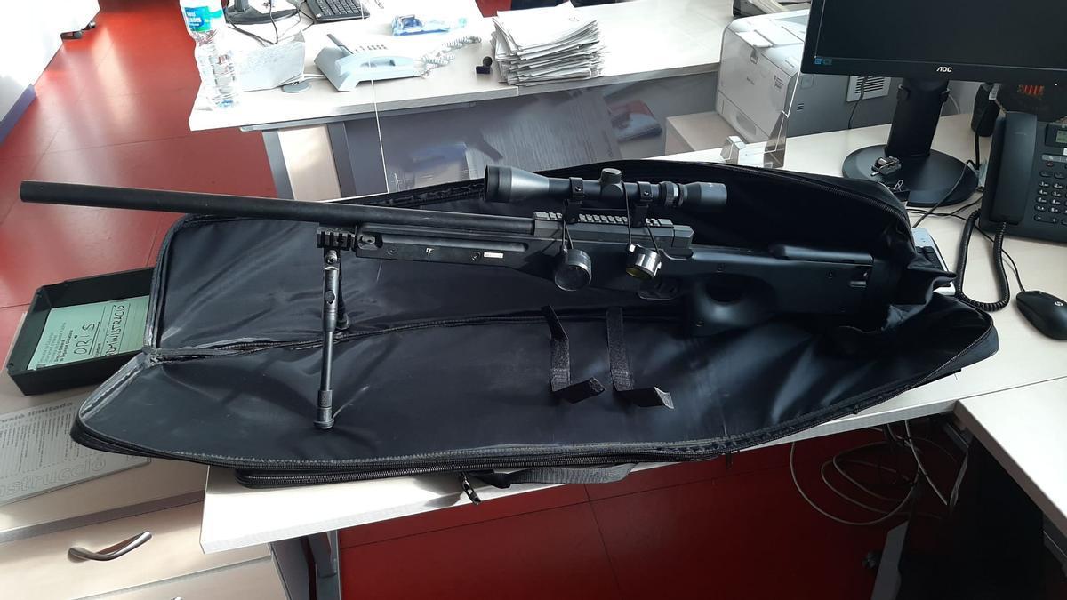 Arma simulada del vecino falso francotirador de la Sagrada Familia.