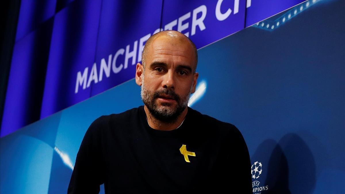 Guardiola, con el lazo amarillo, en una rueda de prensa del City.
